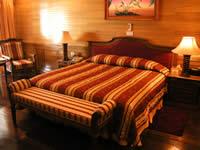 ベッドルームは2つ。ウッディな雰囲気はビーチヴィラと同じ
